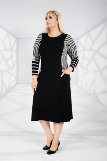 Макси рокля в черно бяло джобове отпред /размери 2XL,3XL,4XL/ Модел: 304